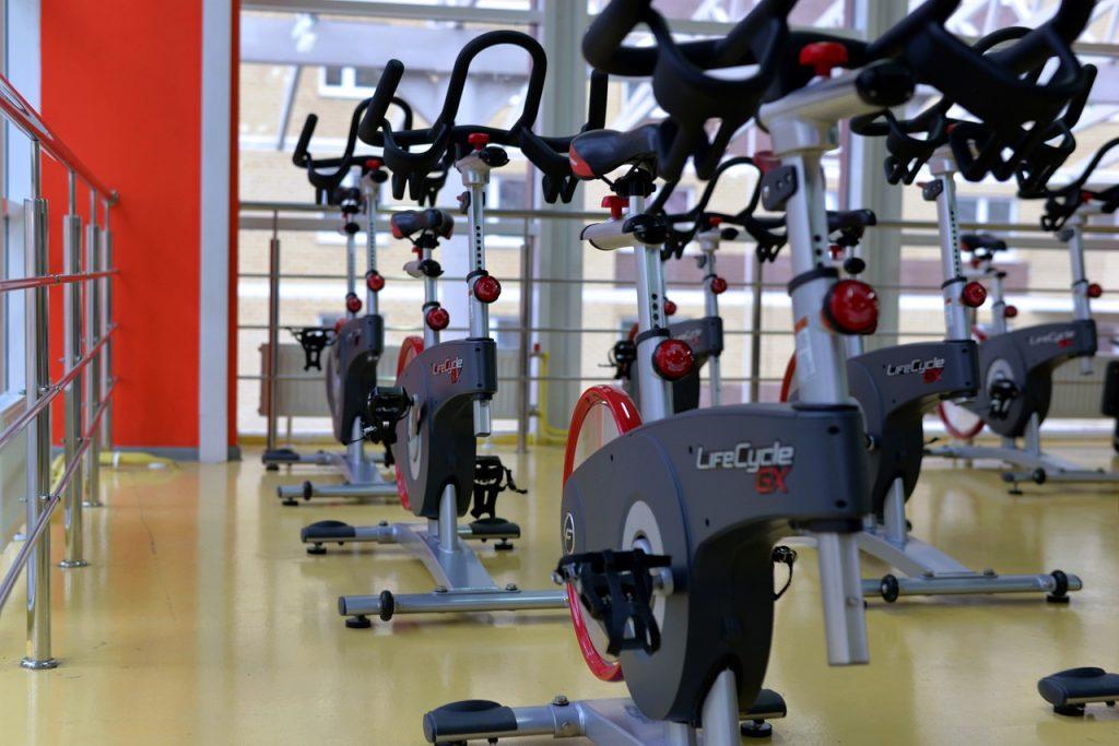Vélos en salle de sport